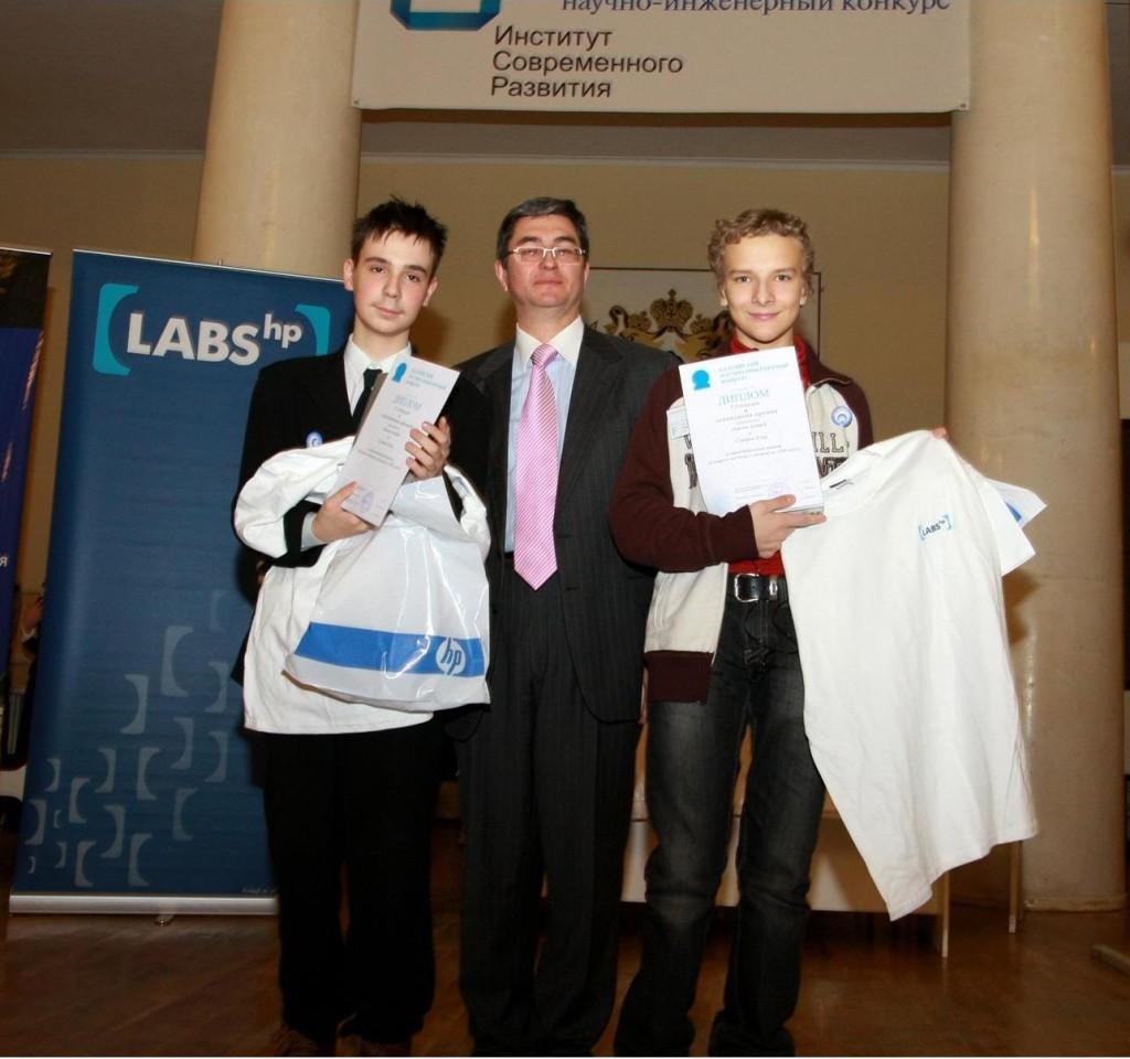 В.С.Полутин награждает победителей по секции программирования