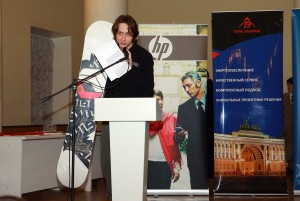Ген.Директор компании СкайГеap С.Лисин вручает приз